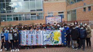 Fotos alumnos con mural Día de Europa